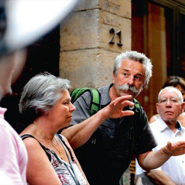Jean Luc Chavent en pleine visite des traboules de Lyon