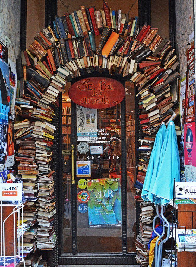 Entrée de la librairie Le Bal des ardents