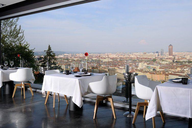 Salle de restaurant chez Christian Têtedoie et vue sur Lyon