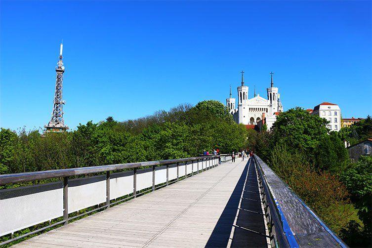 Vu sur Notre Dame de Fourvière depuis la passerelle des quatres ventes