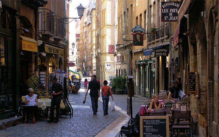 Rue Saint Jean en été à Lyon