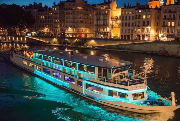 Bateau de Lyon City Boat la nuit