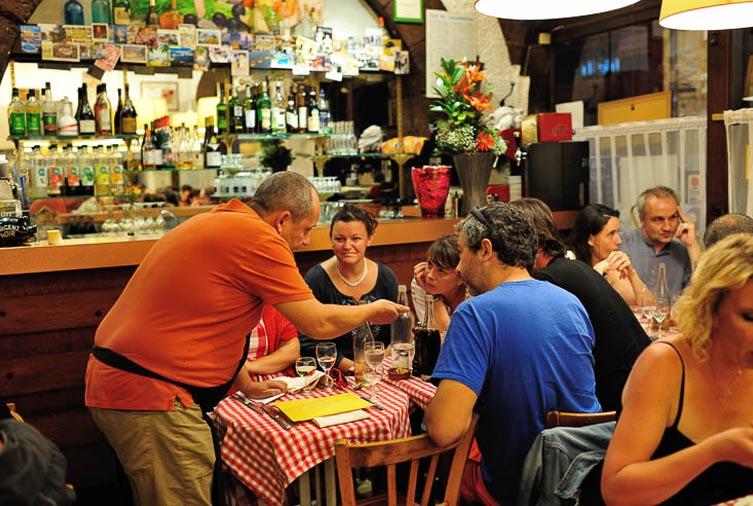 Clients et Patron du Bouchon Le Musée à Lyon